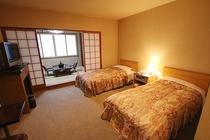 和洋室 和室と洋室からなる客室 窓からは津軽海峡を一望 最大6名まで可。
