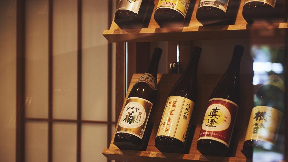 【囲炉裏茶の間】夜は地酒Barへ。諏訪地域の日本酒をお楽しみください。
