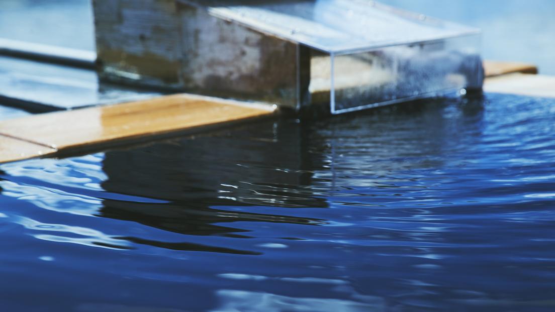 【展望露天風呂】お湯は、「上諏訪温泉 七ツ釜源泉」単純硫黄温泉(弱アルカリ性低張性高温泉)