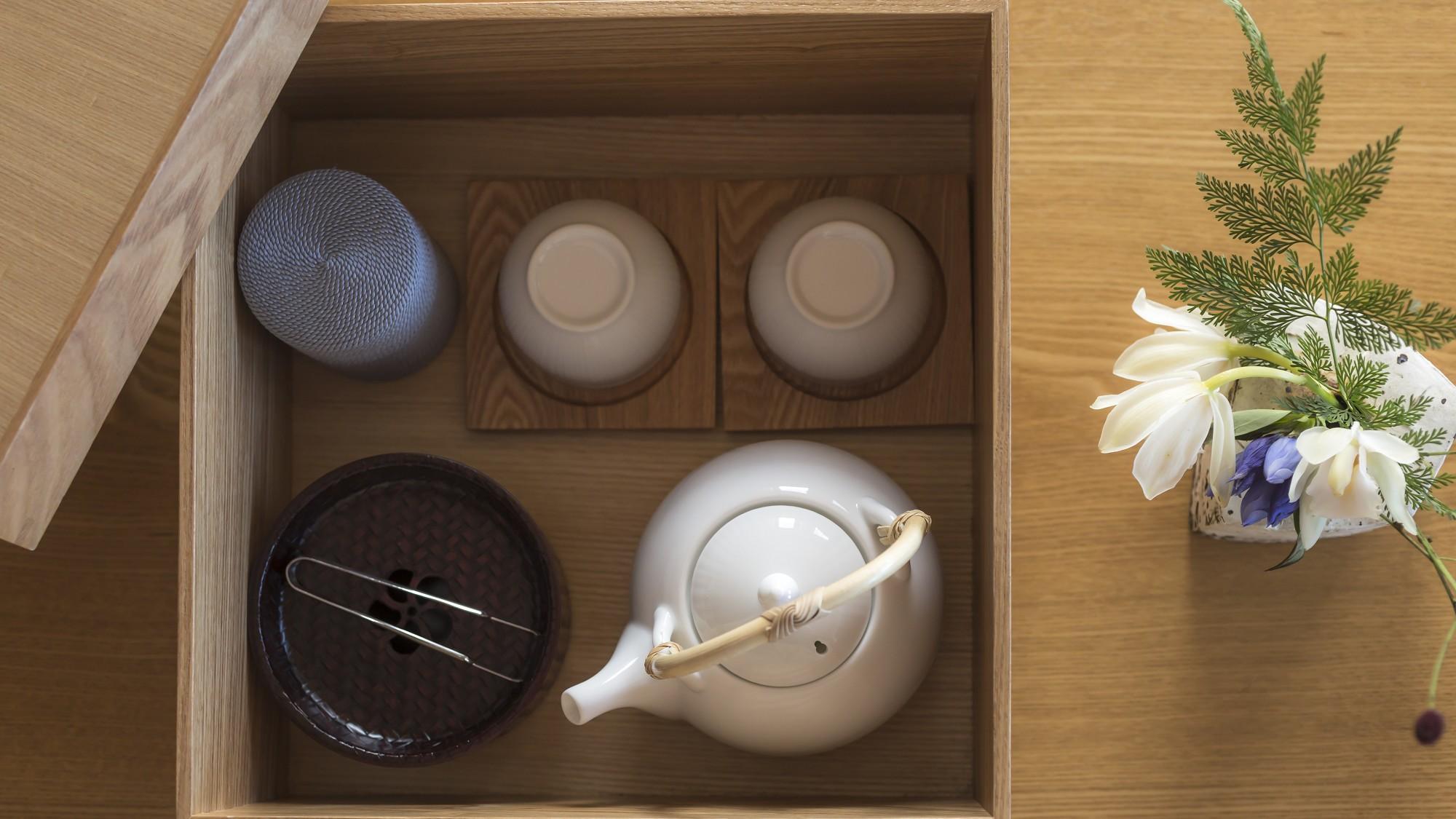 お部屋には、客室内茶器セットなどご用意しています。