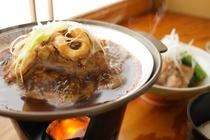 朝食には、名物いかの味噌陶板焼 ごはんがすすみます。