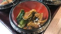 ◆ご当地メニュー:冷製小鉢 野沢菜と小谷漬け(1Fレストラン:6:30~9:30 L.O9:00)