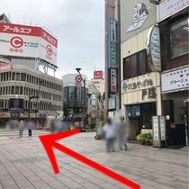 【ホテルまでの行き方②】バスロータリーを右に進みます。長野駅北の信号機はうなぎ屋さんが目印