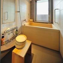 客室檜風呂 湯張りボタンを押すと天然温泉が!