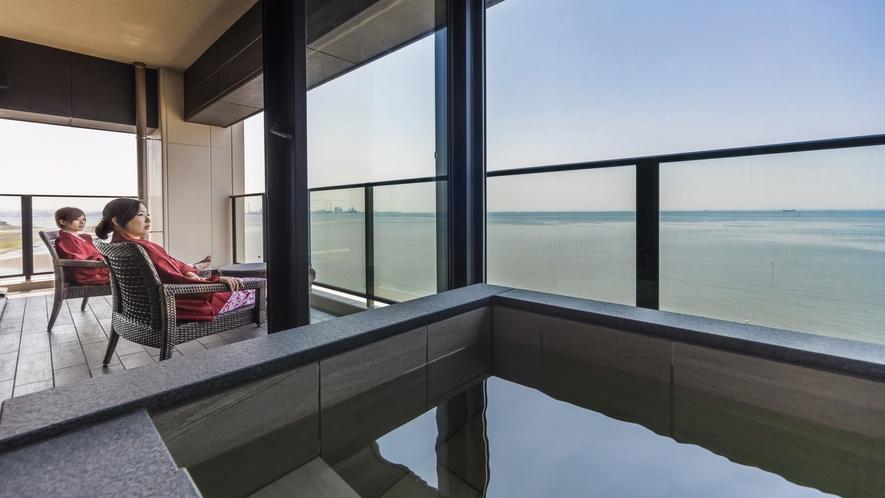 **【客室:半露天風呂(一例)】東京湾の絶景と富士山の眺望を独り占めできる寛ぎの空間