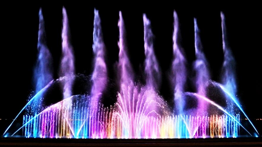 **【ガーデンプール「ダンシングウォーター」(一例)】大迫力の8本のジェット噴射は見ものです!