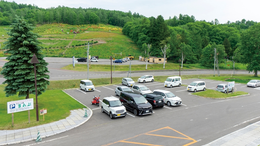 駐車場は100台駐車可能ですので安心して大人数でもご利用いただけます