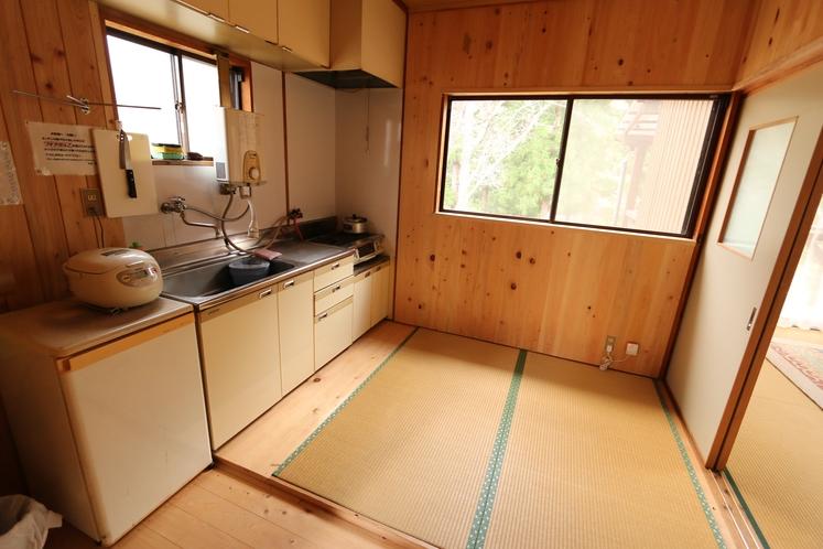 コテージ内キッチン♪ガスコンロと冷蔵庫と炊飯器あります。フライパンと鍋もありますのでちょっと便利♪