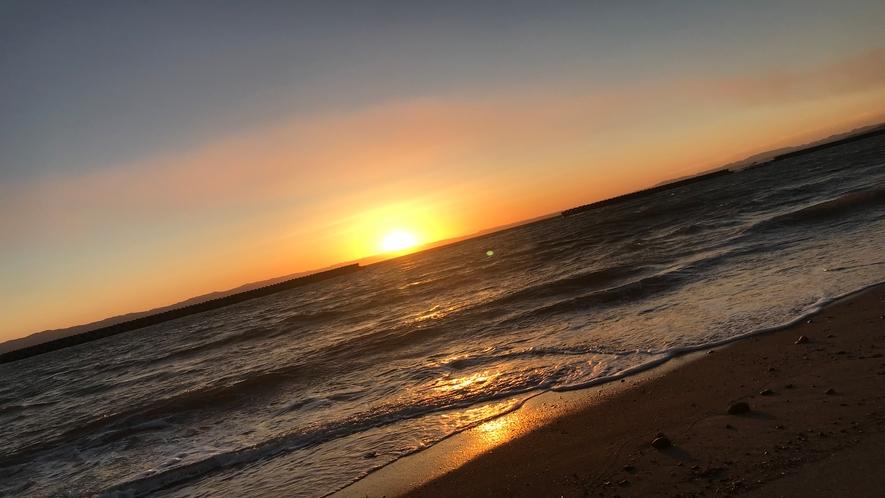 当館から徒歩1分!海岸での夕日です。天気のいい日は最高の夕日に出会えます!