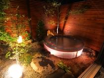 【智(ち)】内湯には個性豊かな石々で組まれた趣深い岩風呂とお身体を芯から暖めていただける岩盤浴。