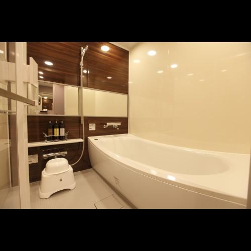 コージーツインルーム、アマネクダブルルームは160cm160cmの洗い場、ワイドミラー付バスル