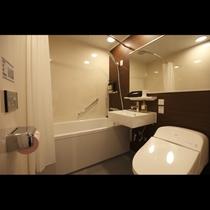 モダンシングルルームは140cm×180cmとゆったりしたワイドミラー付バスルーム(トイレ洗面一体)