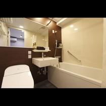 モダンダブルルーム140cm×180cmの洗い場、ワイドミラー付バスルーム(トイレ、洗面一体型)