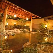 *男湯の露天風呂 体がほてれば、写真右側の休息スペースで休んで…。