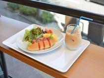 ■2017年10月リニューアル■ 新朝食メニューのホットドッグ・サラダセット