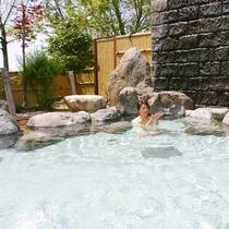 自然の中で開放感たっぷりの露天風呂。