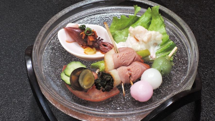 *【夕食一例】料理長自慢の地元の旬食材を使った一品。