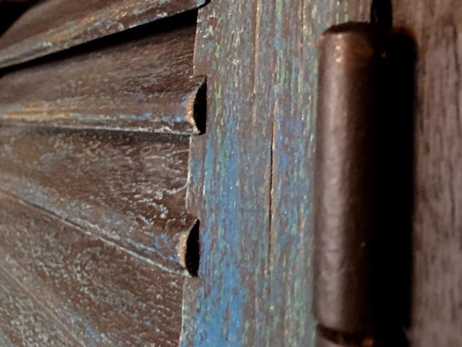 日本製骨董扉の吹抜け窓