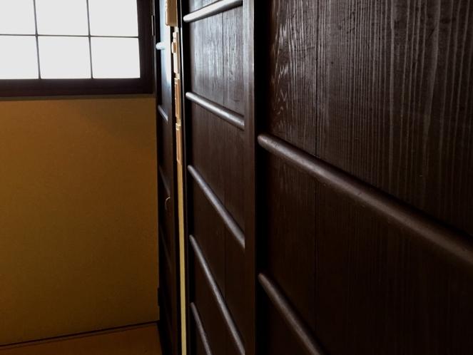 寝室収納には和骨董の扉