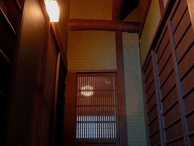 開放感のある吹抜けの廊下