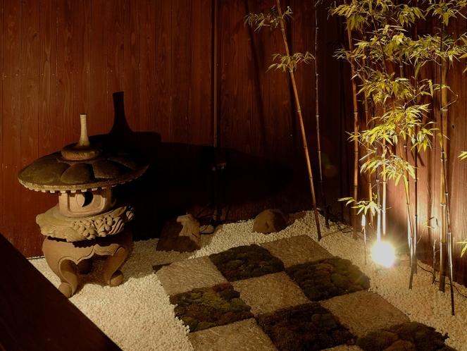 灯篭と黒竹の庭