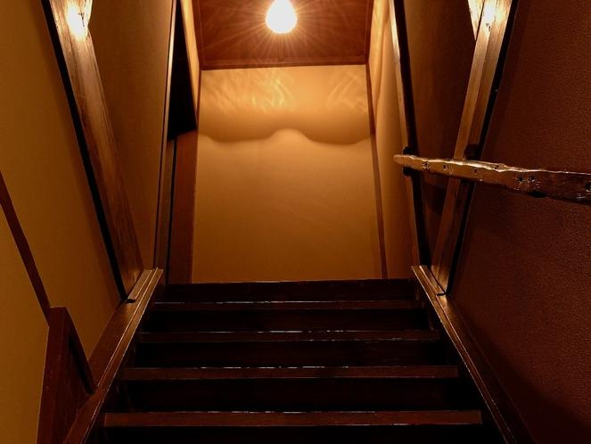 ランプの灯る町家階段