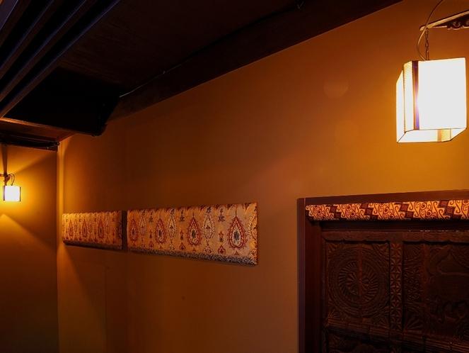 階段へ繋がる廊下装飾