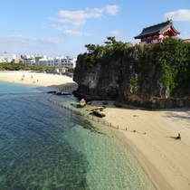 那覇市唯一の波の上ビーチまでは車で約10分。