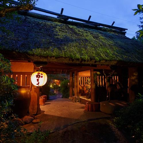 ●茅葺き門 夜
