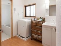 バスルーム、室内洗濯機、洗面台と並ぶ嬉しいスペース(A・B棟)
