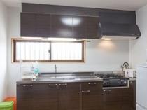 キッチンには調理用品と食器を完備しています(A・B棟)