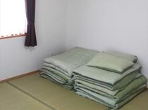 1階の畳間には布団2組をご用意(A・B棟)