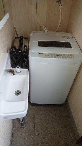 補助洗面台と洗濯機