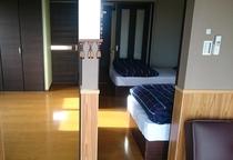 客室(布団3組)とベッドルーム