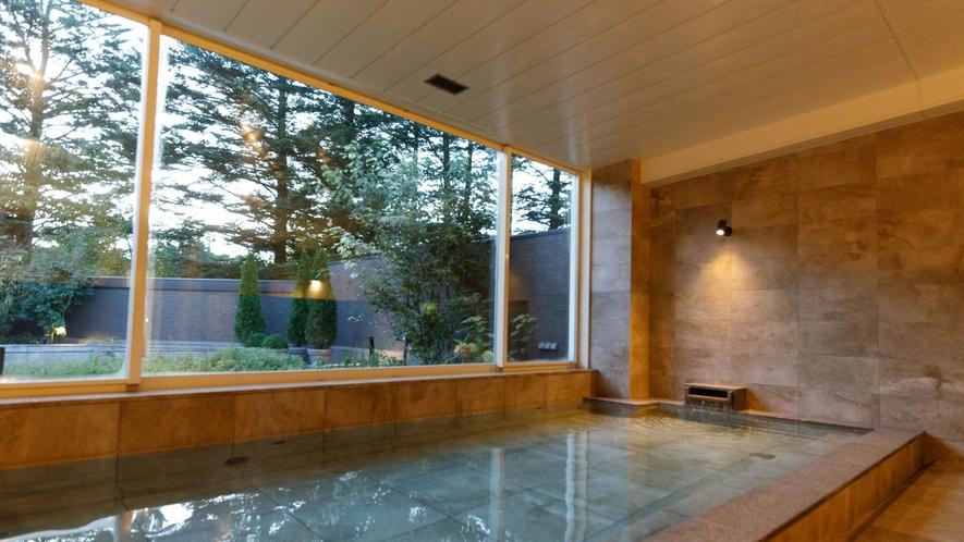 大浴場・露天風呂/「KOMOREBI」/窓の外に軽井沢の自然を感じられる内湯