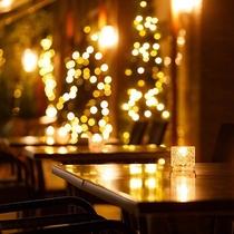 暖かな光に包まれる夜のテラス/時間を忘れて、思い思いのひとときをお過ごしください