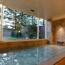 朝は木漏れ日を愉しむ天然温泉露天風呂。澄み渡る空気の中、美しい自然と美肌の湯を堪能