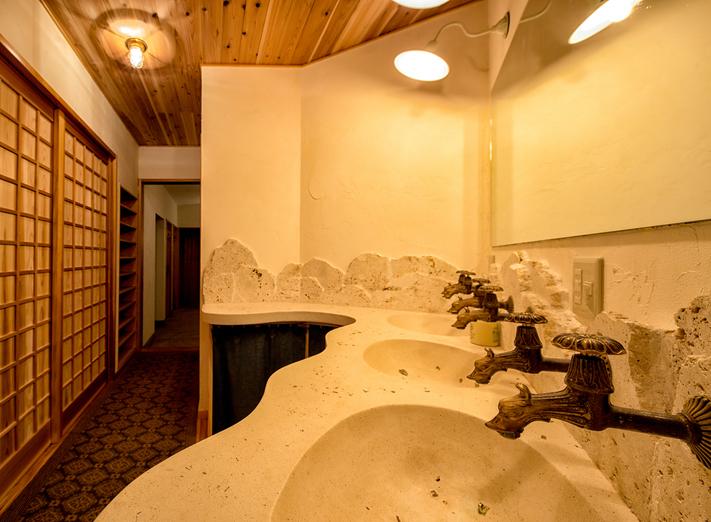 龍をあしらった洗面化粧台