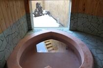 手造りした漆喰のハート型浴槽から縄文の庭を望む