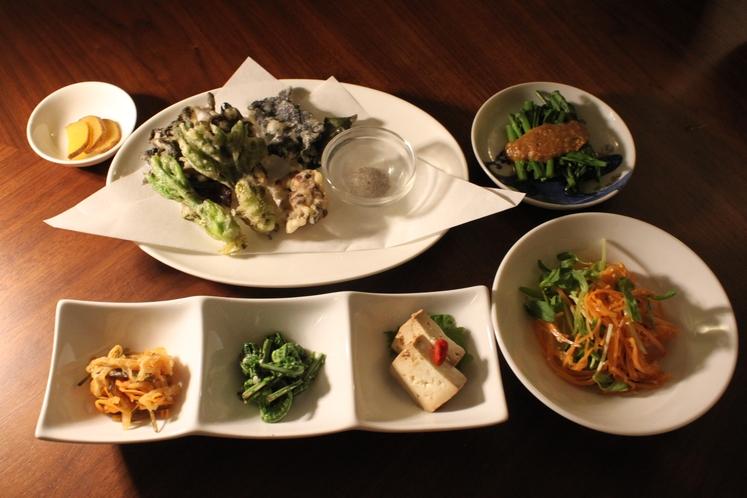 地元の食材にこだわった「季節のコース料理」(完全予約制)