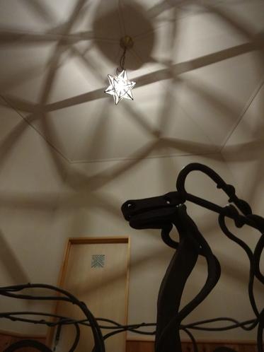 螺旋階段の天井から降り注ぐモロッコスターと昇龍