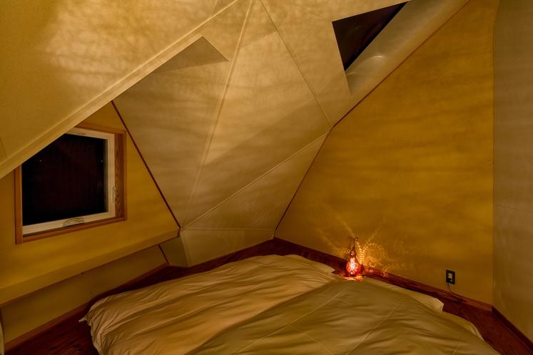 天空の間に敷いたふかふかの四層布団と羽毛布団に寝転んで、天窓から天空を眺めるひと時