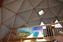 ダイニングバーに掲げられた楽園の絵画
