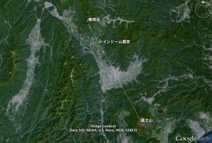 八ヶ岳と霊峰富士のレイライン上に位置