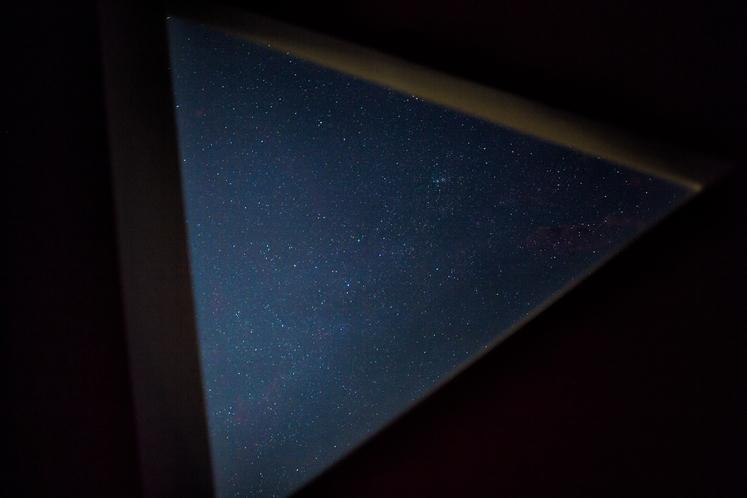 天空の間の天窓から一望できる星空
