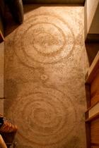 玄関の床に描かれたツインドームの渦