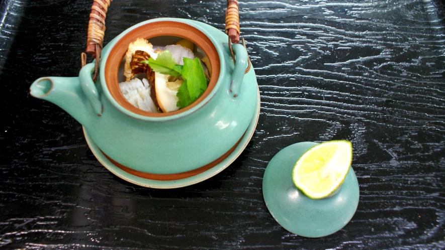 *【松茸土瓶蒸し】香り高い松茸をシンプルに味わえます。アクセントはすだちでお楽しみ下さい。