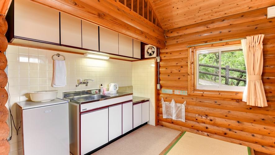 *【コテージ一例】キッチンには冷蔵庫や電気ポットを完備