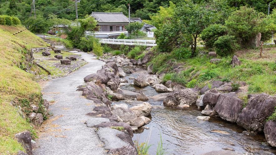*【敷地内の様子(一例)】広々敷地内には小川も流れています