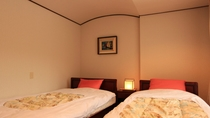 スイートルーム(寝室) 広々ベッドでゆっくり疲れをおとりください